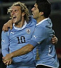 Forlán y Suárez bailaron a Perú. | AP
