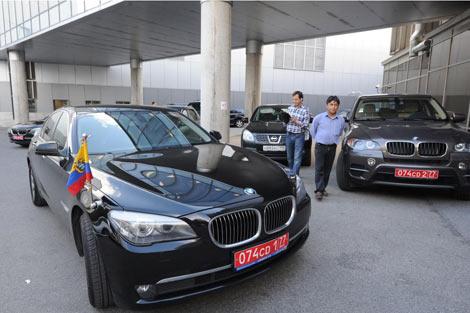 Coches diplomáticos de Ecuador esperan en el aeropuerto de Moscú. | Afp