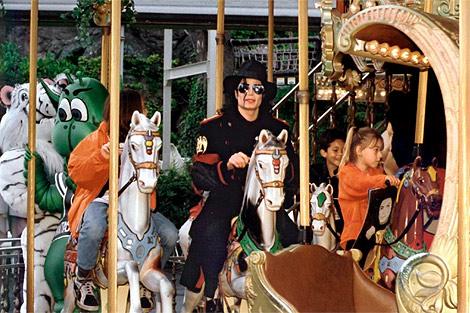 Imagen de 1997 del cantante en un carrusel en Alemania. | Efe