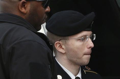 Manning saliendo de la audiencia tras escuchar su sentencia. | Reuters
