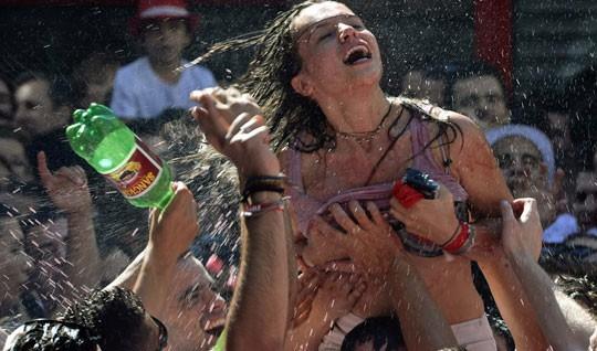 Otra joven, durante el chupinazo. | Foto: Reuters