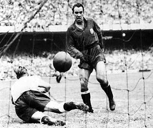 El mítico gol de Zarra a Inglaterra en 1950. (Foto: EFE)