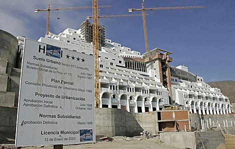 El hotel El Algarrobico, con sus permisos y las obras paralizadas. | El Mundo