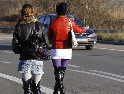 Dos prostitutas buscan clientes en una carretera de Madrid. | Efe