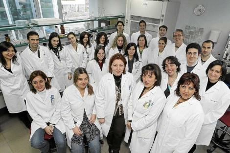Los miembros del Grupo de Superficie Ocular en uno de sus laboratorios de trabajo en el IOBA. | JM Lostau