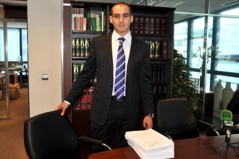 El abogado Antonio Flores, que representa a los británicos estafados. | J. Martín