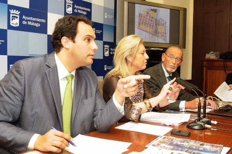 Manuel Díaz, Carolina España y Juan Ramón Casero en el Ayuntamiento. | N. Alcalá