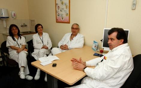 Tres enfermeros de Vall d'Hebron que tratan de dejar el tabaco, junto a su doctor.| A. Moreno