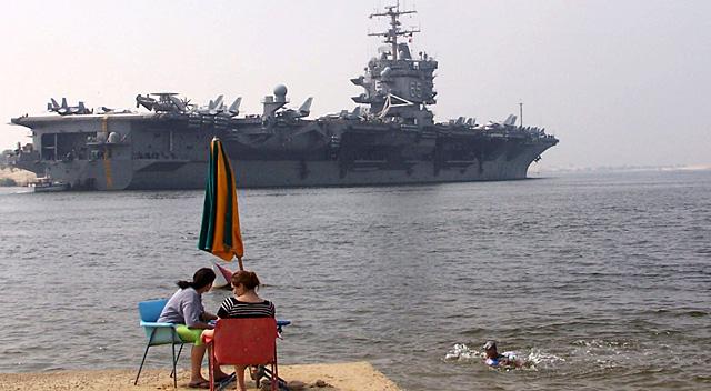 Imagen facilitada este martes del portaaviones estadounidense Enterprise en el Canal de Suez. | Efe/STR