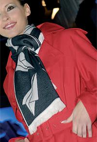 Una azafata de Air Nostrum con los trajes diseñados por Álex Vidal Jr.