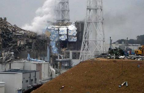 Reactores tres y cuatro de la central de Fukushima con los edificios de contención dañados y humeantes. | AFP