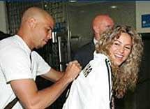 Ronaldo le firma un autógrafo.