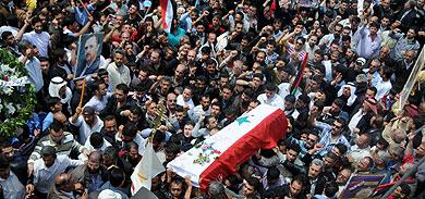 Cortejo fúnebre de una víctima de la represión siria. | AFP