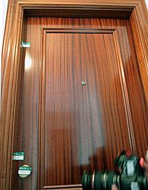 Puerta de la casa donde murió Teresa. | Efe