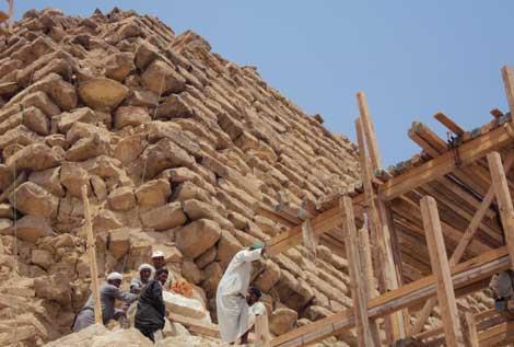 La pirámida quedó maltrecha tras el terremoto de 1992. | Cintec.