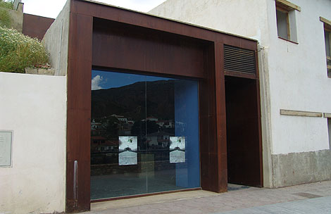 Acceso principal al museo bajo tierra. | Jesús G. Hinchado