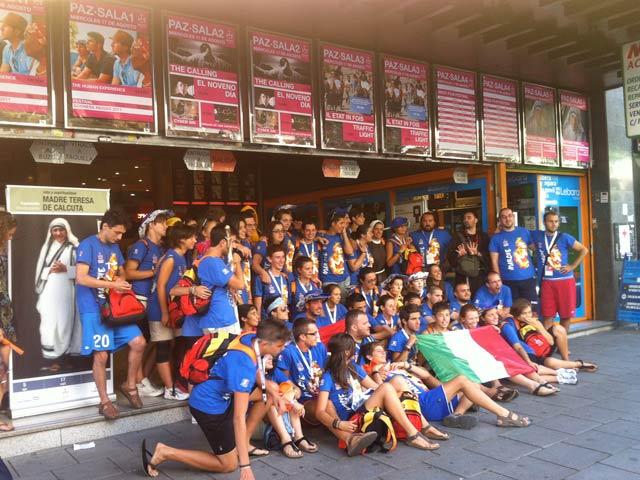 Un grupo de jóvenes se fotografía a las puerta del cine Paz. | Clara de la Fuente