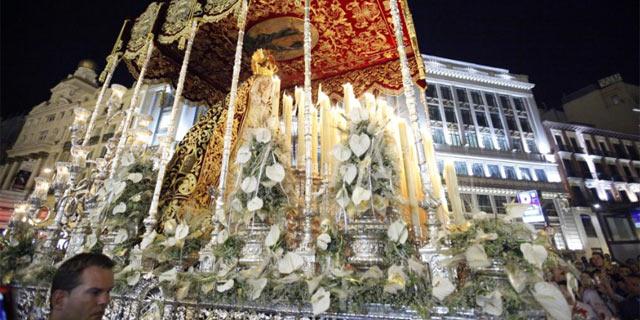 La Virgen de Regla a su paso por la calle Alcalá, esta noche en Madrid. | Sergio Enríquez-Nistal
