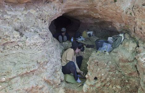 Excavaciones en una cueva de Pinilla del Valle. | A. Heredia