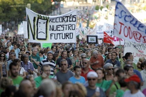 Miles de personas se manifiestan en Madrid por los 'recortes educativos' de Aguirre.| Di Lolli
