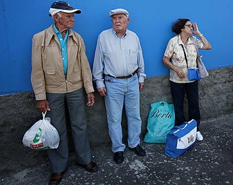 Varios habitantes de la localidad esperan el traslado. | Afp/Desiree Martín