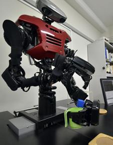 El robot vertiendo agua | Afp