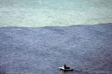 El barco oceanográfico, junto a la mancha. | Efe