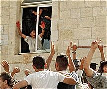 Abed Alaziz Salaha, con las manos ensangrentadas. | Afp