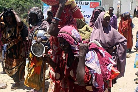 Mujeres reciben ayuda humanitaria en Somalia. | Afp