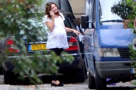 Carla Bruni hablando por teléfono hace unos días en su casa. | Gtres