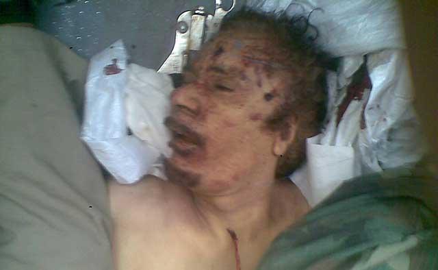 El cadáver del derrocado dictador libio Muamar Gadafi, en el coche que lo traslada de Sirte a Misrata. | Reuters