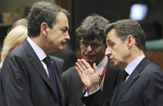 José Luis Rodríguez Zapatero y Nicolas Sarkozy charlan durante el Consejo Europeo. | Reuters