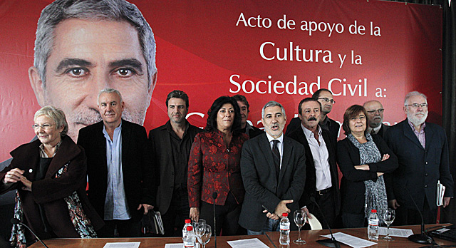 Gaspar Llamazares, en el centro, junto a miembros de la cultura y líderes políticos como Cayo Lara o Joan Herrera. | Efe