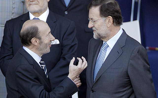 Rubalcaba y Rajoy en su última imagen juntos, con motivo de la Fiesta Nacional. | Efe