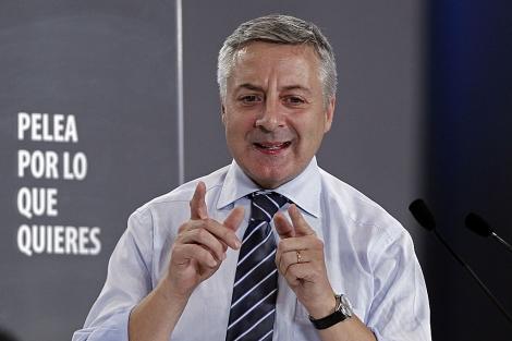 El ministro de Fomento, José Blanco, durante un mitin el pasado miércoles en Pamplona.   Efe