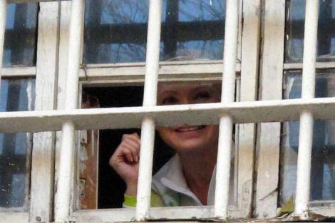 Yulia Timoshenko saluda desde su celda. | Ap