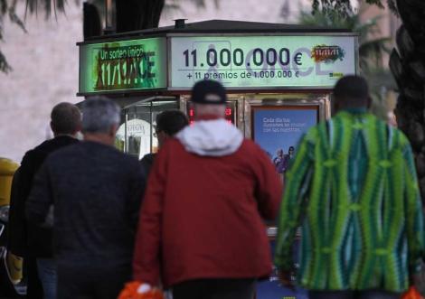 Cola para comprar un cupón del sorteo especial del 11/11/11. | Efe