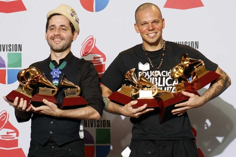 Visitante (izda.), y Residente (dcha.) posan con los premios obtenidos. | Reuters