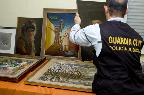 La Guardia Civil recupera siete cuadros robados en 2002, entre ellos un 'dalí' y un 'sorolla'. La operación, denominada 'Alejandro', se ha saldado con la detención de la exmujer del denunciante y los tres hijos de la pareja. 1321010244_0