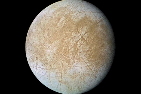 La luna Europa, fotografiada por la sonda Galileo en 1997. | NASA.