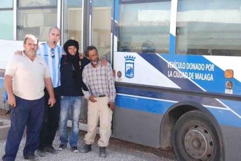 Los conductores de la EMT José Ramón y Pedro Aranda junto a saharauis. | ELMUNDO.es