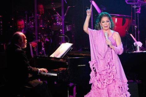 Isabel Pantoja durante un concierto en 2010. | Antonio Luis Delgado