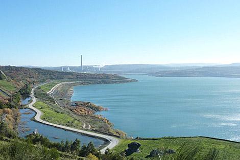 El nuevo lago artificial y, al fondo, la central térmica de As Pontes. | Endesa