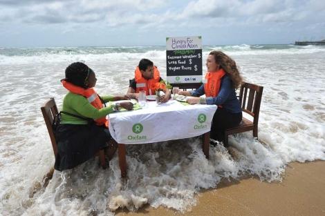 Activistas de Oxfam durante una protesta ante la cumbre del clima de Durban. | Afp