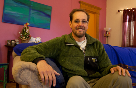 Deron Beal, en su casa en Tucson, Arizona. | Foto: Isaac Hernández