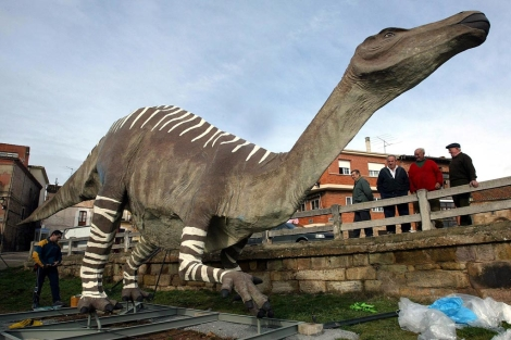 Instalación del dinosaurio en el municipio burgalés. | Ical