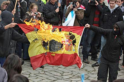 Quema de una bandera de España durante una manifestación en 2010. | EL MUNDO
