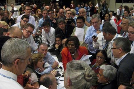 Ministros y delegados, en un grupo, cuando se alcanzó el acuerdo. | Reuters