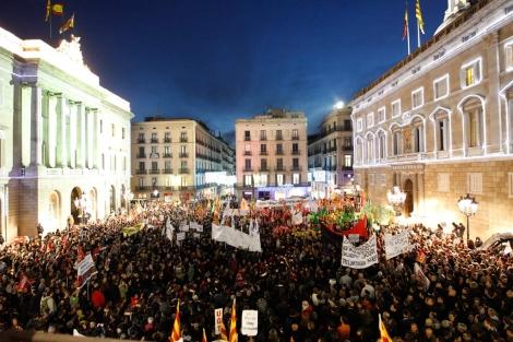 Los manifestantes han colapsado la plaça Sant Jaume. | Quique García