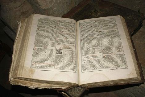 Breviario romano del siglo XVIII hallado en un templo palentino. | Efe